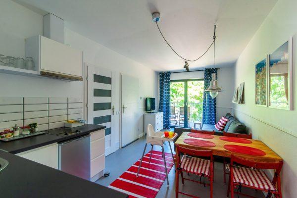 Kuchnia i pokój dzienny w apartamencie przy plaży